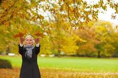 выходит клену старшая бросая женщина Стоковая Фотография RF