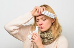 Выходы головной боли и лихорадки Tousled женщиной владение шарфа волос tablets волдырь Директивы для обрабатывать лихорадку взяти стоковая фотография rf