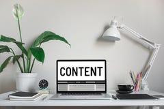 Выходя на рынок концепции содержания с текстом на ноутбуке и аксессуа стоковые фото