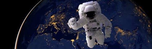 Выход в открытый космос астронавта вечером от темной стороны планеты земли Элементы этого изображения обеспечили NASA d стоковая фотография