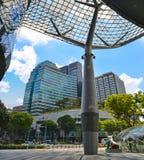 Выход метро перед торговым центром сада на дороге сада в районе Сингапура современном Фасад средств массовой информации в мульти- стоковые фото