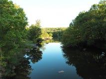 Выход на банках реки стоковые фото