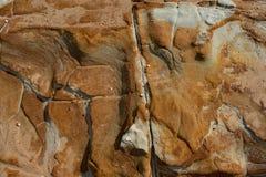 Выход скалы на поверхность с интересными картинами и цветами стоковая фотография
