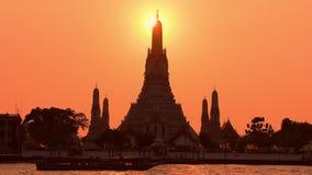 Выход Wat Arun сигнала в Бангкоке во время захода солнца в Бангкоке акции видеоматериалы