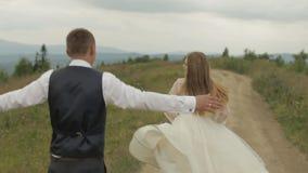 Выхольте бежит для невесты на холмах горы r E сток-видео
