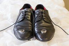 Выхольте ботинки свадьбы ` s и обручальное кольцо стоковые фотографии rf