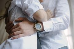 Выхольте в костюме обнимает невесту в платье свадьбы стоковое изображение rf