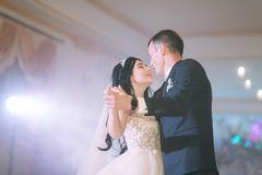 Выхольте и невеста на их свадебной церемонии стоковые изображения