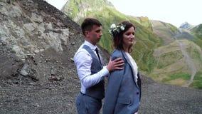 Выхольте нежное одевайте невесту к куртке пока она добросердечно усмехается Свадьба Boho Свадебная церемония Outdoors акции видеоматериалы