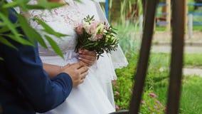Выхольте принимает руку невесты сток-видео