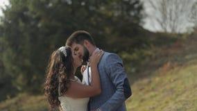 Выхольте с невестой в парке ювелирные изделия cravat пар кристаллические связывают венчание Счастливая семья в влюбленности сток-видео