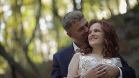 Выхольте с невестой в Forest Park ювелирные изделия cravat пар кристаллические связывают венчание семья счастливая сток-видео