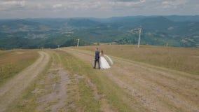 Выхольте с невестой идя совместно на холмы горы Воздушная съемка трутня акции видеоматериалы