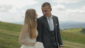 Выхольте с невестой идя совместно на холмы горы r сток-видео