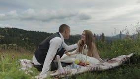 Выхольте с невестой имея пикник на холмах горы r r сток-видео