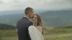Выхольте с невестой имея потеху на холмах горы Обнимать пар свадьбы видеоматериал