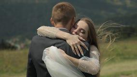 Выхольте с невестой имея потеху на холмах горы Обнимать пар свадьбы акции видеоматериалы