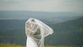 Выхольте с невестой имея потеху на холмах горы r E акции видеоматериалы