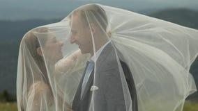 Выхольте с невестой имея потеху на холмах горы r E сток-видео