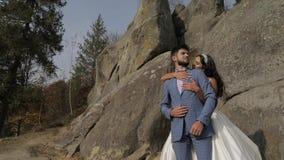 Выхольте с невестой около холмов горы ювелирные изделия cravat пар кристаллические связывают венчание Счастливая семья в влюбленн видеоматериал