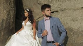 Выхольте с невестой около холмов горы ювелирные изделия cravat пар кристаллические связывают венчание Счастливая семья в влюбленн акции видеоматериалы