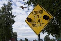 Выход знака предосторежения к воздушным судн Стоковые Изображения