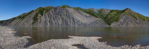 Выход на поверхность утесов в реке стоковое фото rf