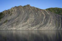 Выход на поверхность утесов в реке стоковое изображение