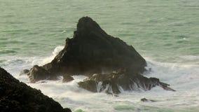 Выход скалы на поверхность Bull, Корнуолл сток-видео