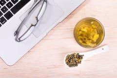 Выход чая хризантемы традиционный для того чтобы улучшить зрение, ясность Стоковое Фото