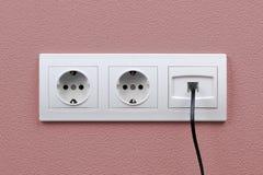 Выходы электрических и интернета на стене Стоковые Изображения RF
