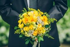 Выхольте держать букет солнцецветов и роз Отсутствие стороны Стоковые Фото