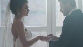 Выхольте установку кольца на палец ` s невесты видеоматериал