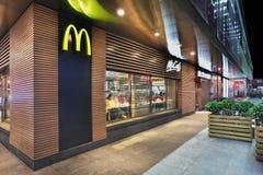 Выход McDonald на ноче, Пекине, Китае Стоковая Фотография RF
