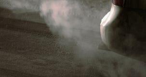 Выхлопная труба автомобиля в заторе движения в snowfalltime видеоматериал