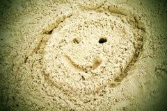 Вычерченная сторона smiley в песке пляжа лета Покрашенная голова в песке соли dray Стоковое фото RF