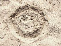 Вычерченная сторона smiley в песке пляжа лета Покрашенная голова в песке соли dray Стоковая Фотография RF