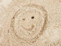 Вычерченная сторона smiley в песке пляжа лета Покрашенная голова в песке соли dray Стоковые Фото