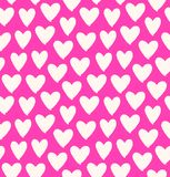 Вычерченные multicolor силуэты сердца на розовой предпосылке Символ влюбленности в розовой безшовной картине Стоковое фото RF