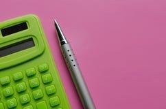 Вычисление бюджета, налогов и цены калькулятора на розовой предпосылке Взгляд сверху калькулятора с ручкой стоковое изображение rf