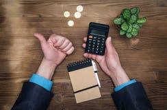 Вычисление валюты денег Калькулятор и большой палец руки вверх показывать Стоковые Фотографии RF
