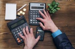 Вычисление валюты денег Калькулятор и пустой блокнот на столе офиса Стоковое Фото