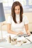 вычисление делая финансовохозяйственную женщину Стоковое Изображение