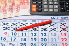 Вычисление на ручке калькулятора и записи цены Стоковая Фотография