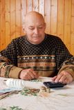 Вычисление финансовых расходов пенсионером на экономике электричества стоковые фотографии rf