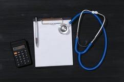 Вычисление цены медицинского страхования стоковые изображения