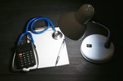 Вычисление цены медицинского страхования стоковые изображения rf