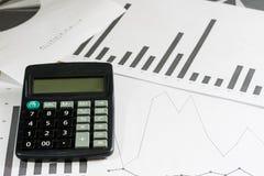 Вычисления, вычисления и экономика на бумаге Калькулятор Стоковое фото RF