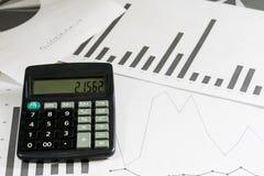 Вычисления, вычисления и экономика на бумаге Калькулятор Стоковые Фотографии RF