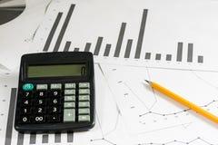 Вычисления, вычисления и экономика на бумаге Калькулятор Стоковые Изображения
